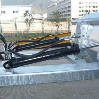 """Könnyen használható pozitív reteszelő mechanizmus. A biztonsági lánc rögzíti a garatot a jármű kezeléséhez. A hegesztett varratok megakadályozzák a szivárgást. Különösen mély villásnyílások. 2 """"alakú felső ajkak. Magas láthatóságú kék zománcbevonat"""